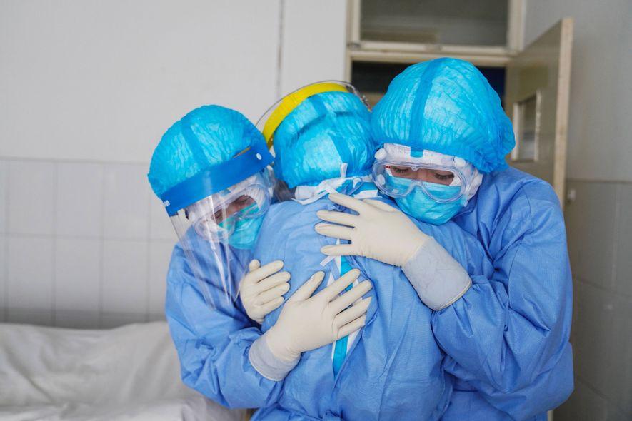 Miembros del personal médico se abrazan en un pabellón de aislamiento en un hospital en Zouping, ...
