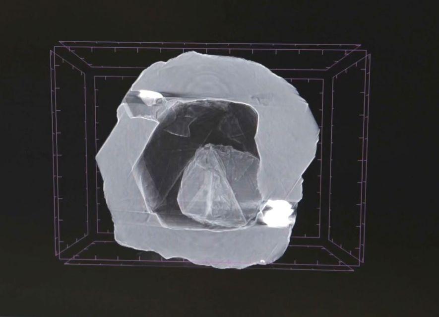 Esta imagen de rayos X muestra una pequeña gema ubicada en una cavidad hueca de un diamante más grande. Es imposible concebir una cavidad hueca con las presiones que existen en el interior de nuestro planeta, donde se forman los diamantes, por lo que los investigadores piensan que algo tuvo que haber llenado esa cavidad.