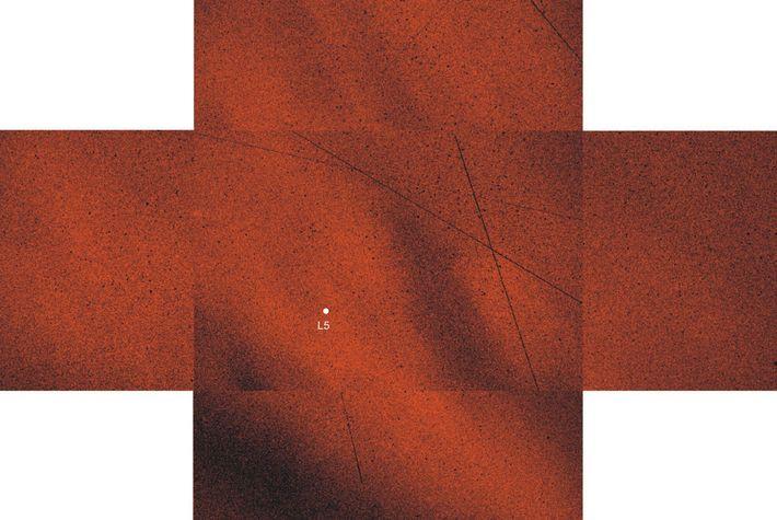 La luz polarizadora que rodea el punto 5 de Lagrange (punto blanco) ayudó a revelar la ...