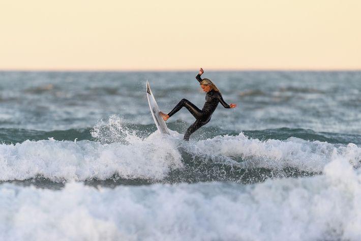 Christchurch, 28 de abril. La campeona de surf neozelandesa, Ava Henderson, vuelve a surfear después de ...