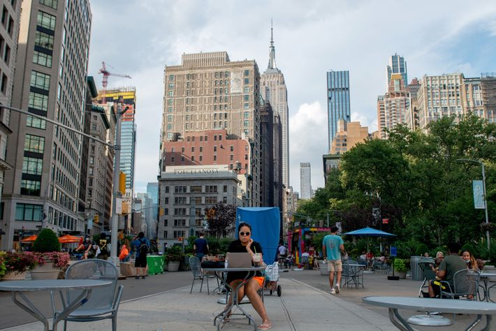 Una mesa al aire libre en el distrito Flatiron de la ciudad de Nueva York, con ...