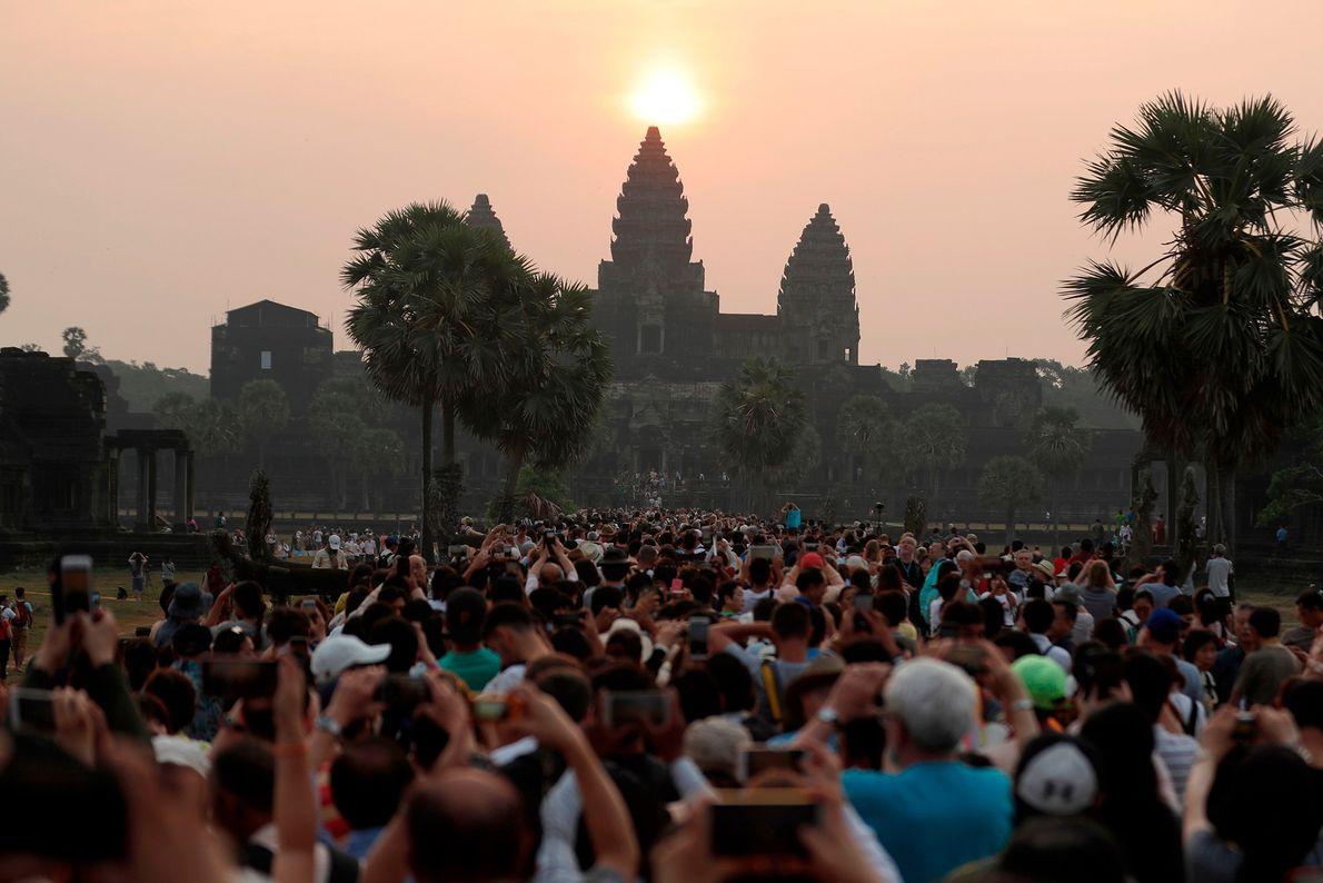 El sol sale sobre la estua central del templo de Angkor Wat en Siem Reap. Durante ...