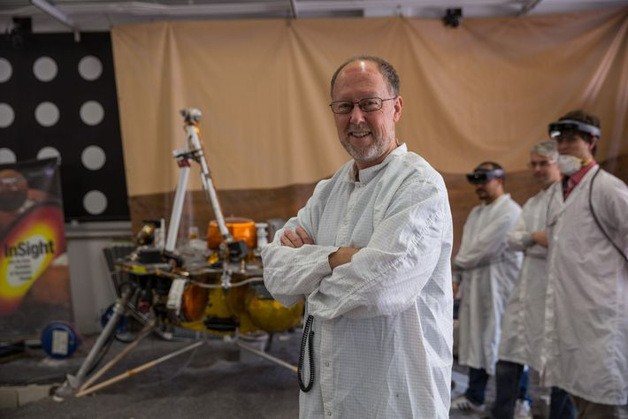 Bruce Banerdt, investigador principal en la sonda espacial InSight, se encuentra cerca de una réplica de ...