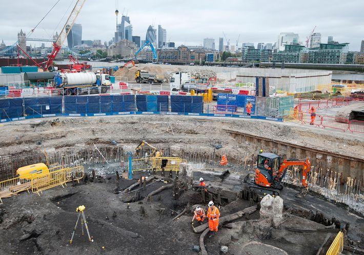 Los arqueólogos y los especialistas del Museo de Arqueología de Londres recuperan un esqueleto de 500 ...
