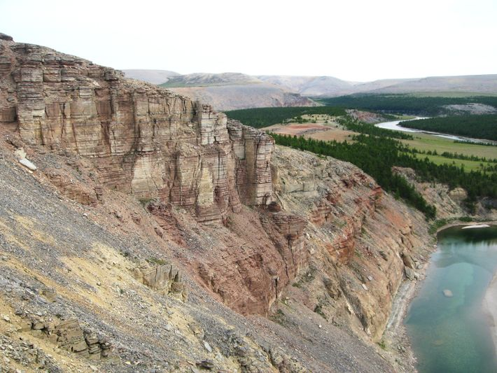 Los científicos recolectaron muestras de rocas de los acantilados de la llamada sección Khorbusuonka en Siberia. ...