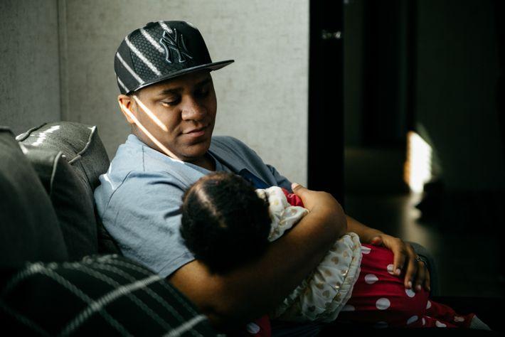Liam Johnson, papá transgénero, sostiene a Aspen, su hija de un año, en su cumpleaños. Liam ...