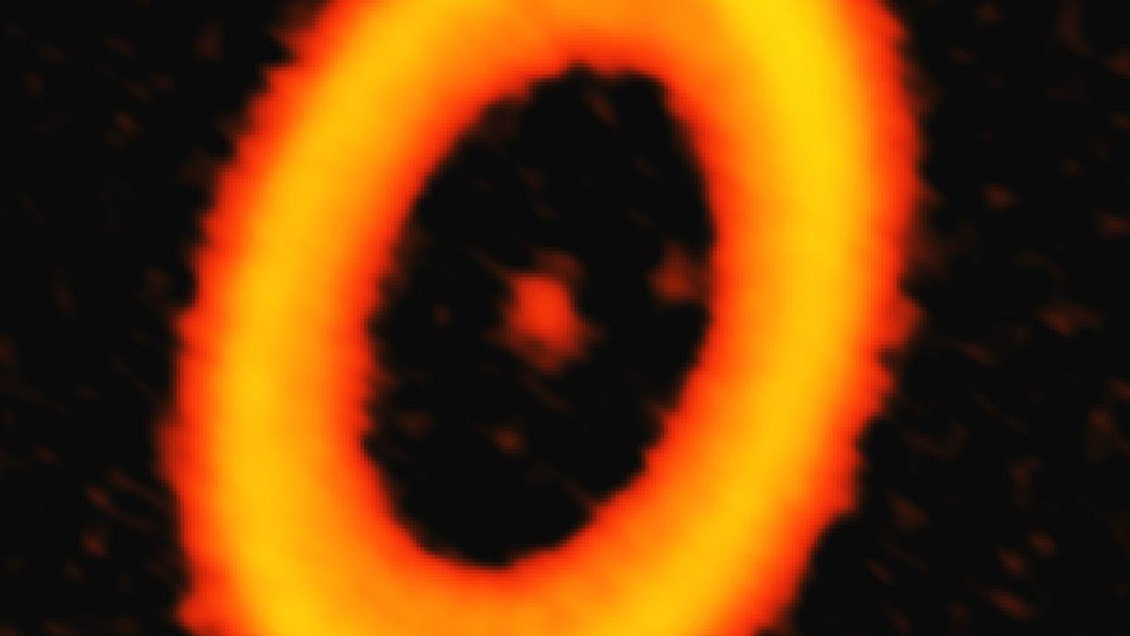 Esta imagen de ALMA capta el polvo del sistema estelar PDS 70 y muestra dos tenues ...
