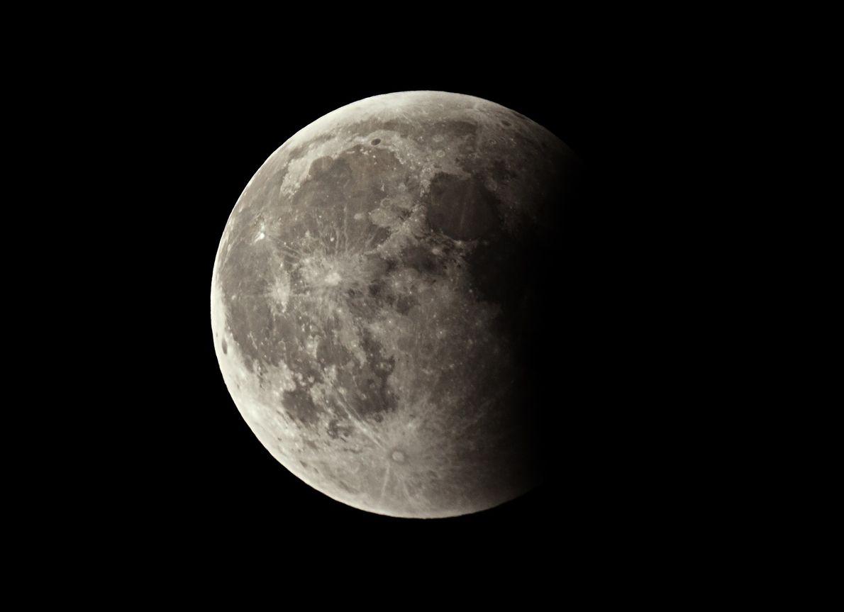 Durante un eclipse lunar, la oscuridad pasa gradualmente a través de la cara de la luna.