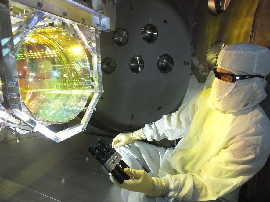 Los detectores de LIGO utilizan láseres y espejos alineados en forma precisa para detectar los minúsculos ...