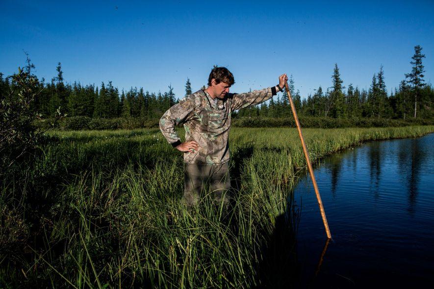 Nikita Zimov hace burbujas de metano en un lago que se cree se está expandiendo debido ...