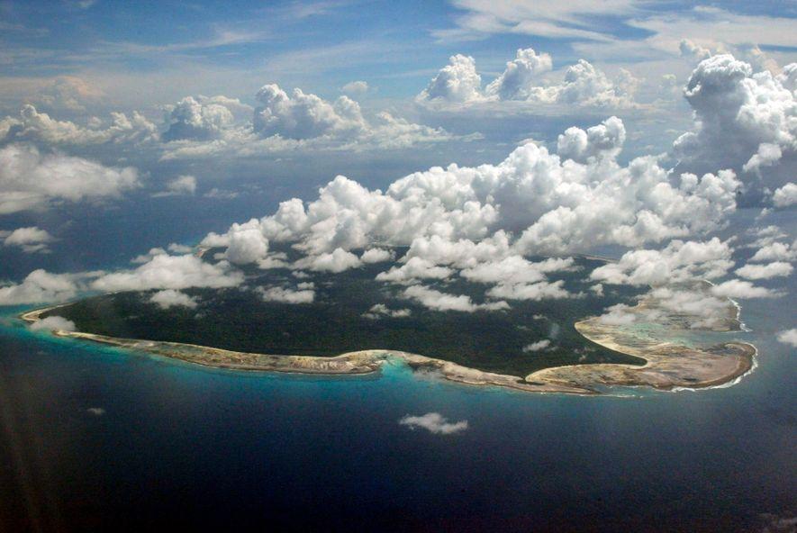 Sentinel del Norte, rodeada de corales, administrada por la India y prohibida a los forasteros, ha sido el hogar de la tribu de los sentineleses durante miles o hasta decenas de miles de años.