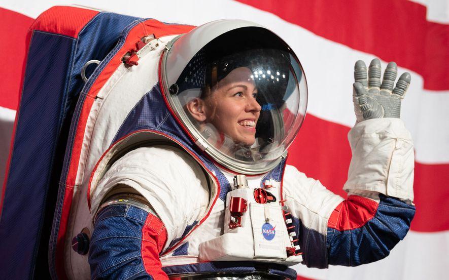 Kristine Davis, una ingeniera de trajes espaciales en el Centro Espacial Johnson de la NASA, muestra el nuevo prototipo de traje espacial de la NASA destinado a ser utilizado en la misión de Artemis a la luna.