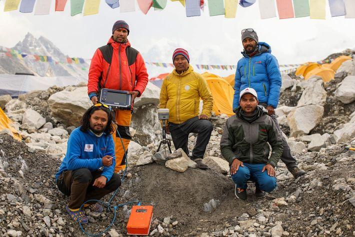 El jefe de inspección de Nepal, Khimlal Gautam (izquierda, de pie) con su equipo en el ...