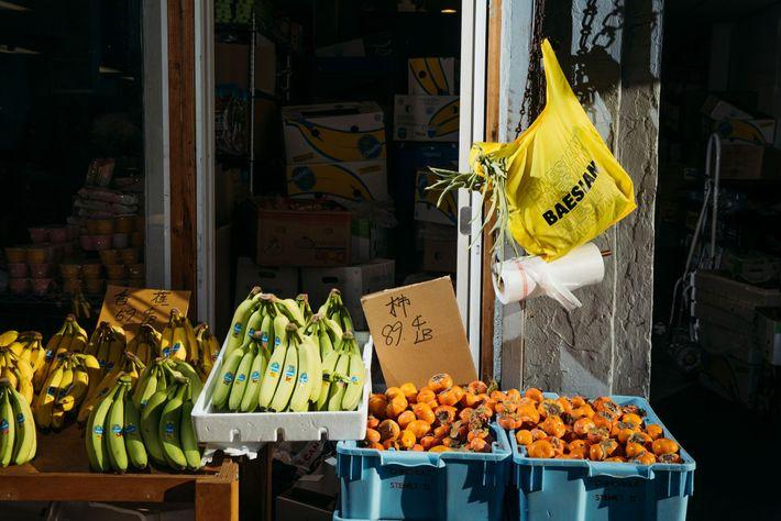 Kathleen Tso y Vicki Ho, fundadoras de la revista Banana Magazine en el Barrio Chino de ...