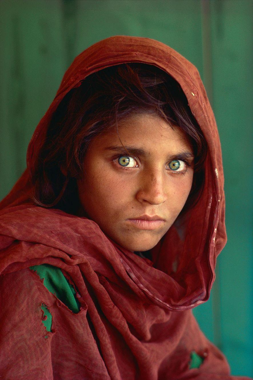 Este retrato de Sharbat Gula, una refugiada afgana con ojos atormentados, se publicó en la portada ...