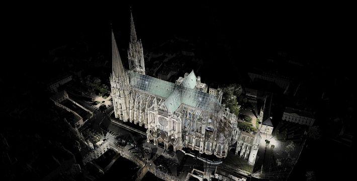 Andrew Tallon había utilizado lásers en más de 45 edificioedificioss históricos, incluyendo esta Catedral, en Chartres, ...