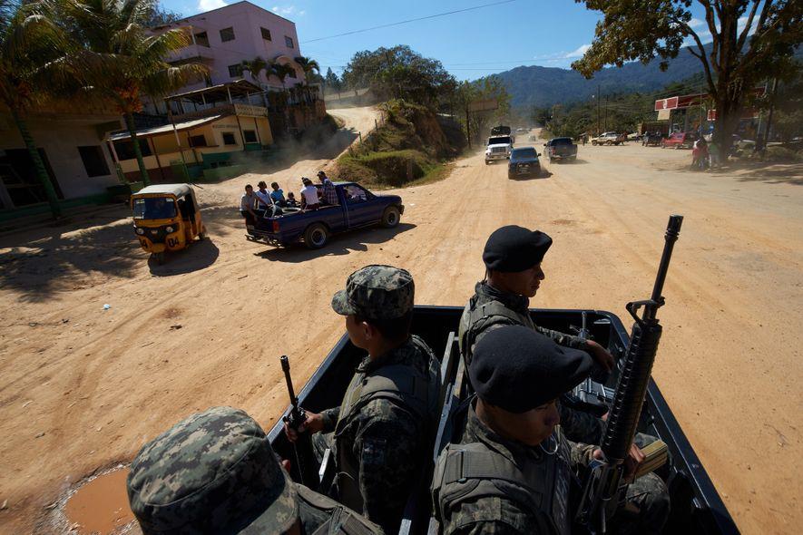 Las tropas del ejército hondureño llevan un convoy a la zona que sirvió como base para ...