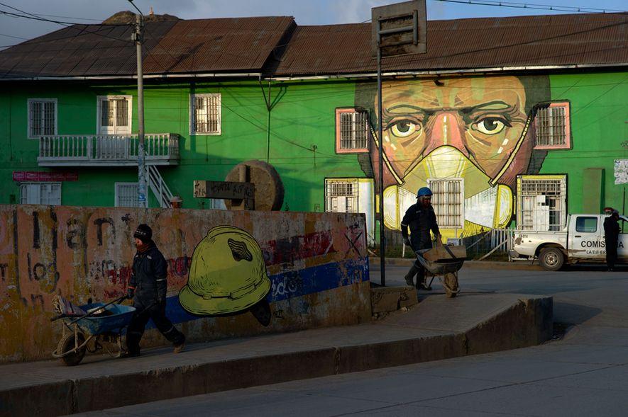 Un mural pintado en una casa de Cerro de Pasco por el artista Daniel Cortez Torres, ...