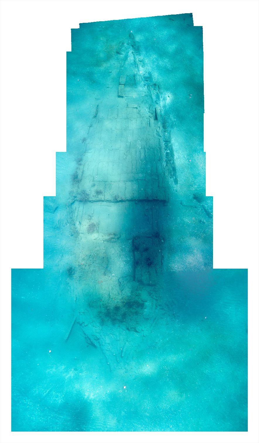 Un mosaico de fotos muestra los restos de Encarnación, que yace bajo 9,7metros de agua en ...