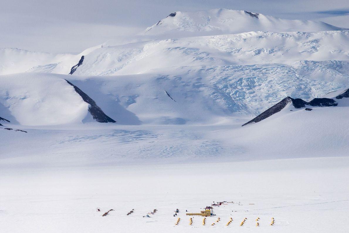 Vista aérea del campamento en Shackleton Glacier, que fue la base de las operaciones de los ...