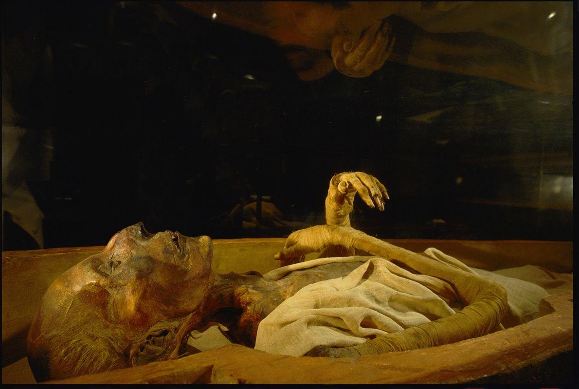 Los visitantes observan los restos momificados de Ramsés II en el Museo Egipcio de El Cairo. ...