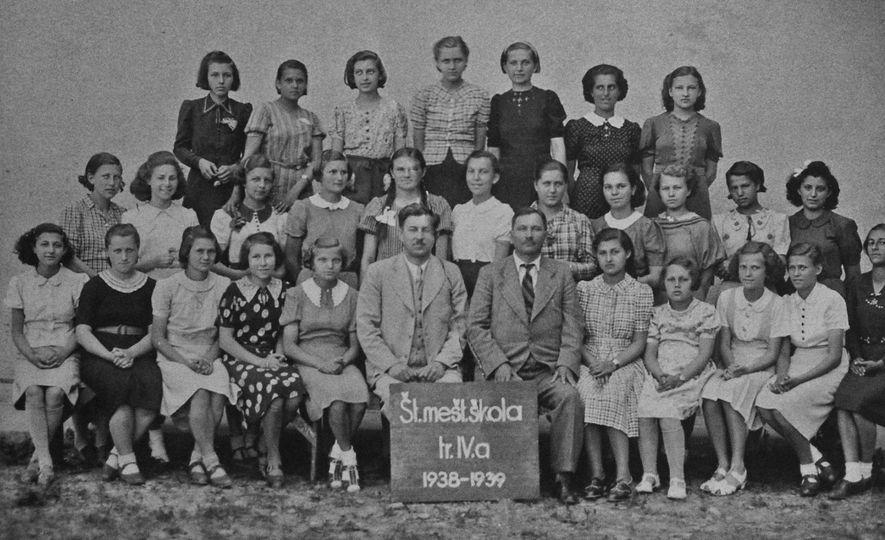 De las nueve chicas judías que aparecen en esta foto de la clase en su escuela ...