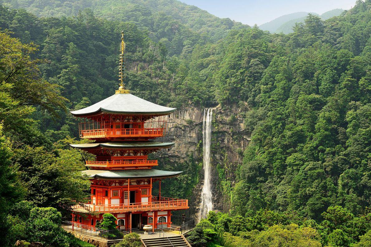 Un tiro de piedra desde la cascada más alta de Japón , Seiganto-ji es un santuario …