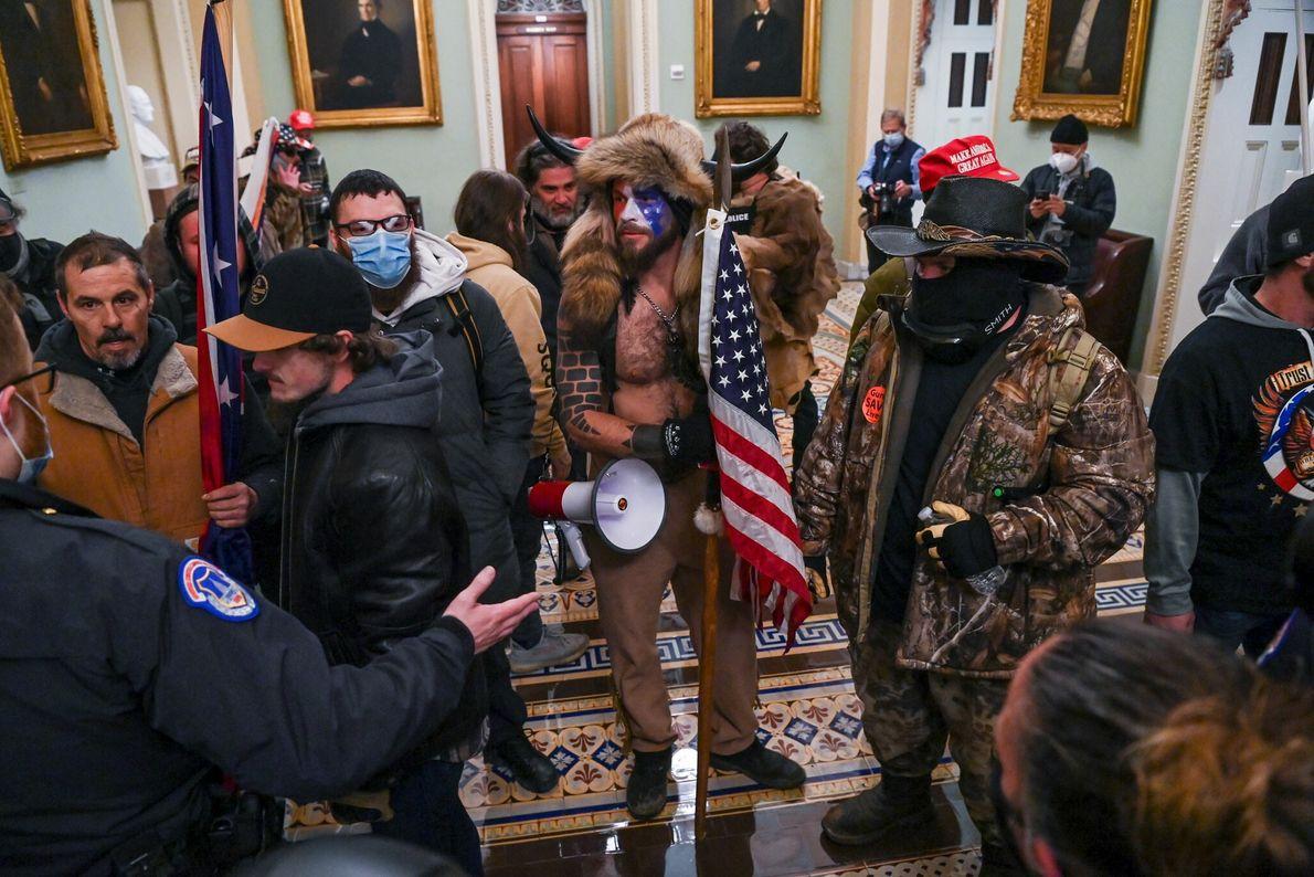 Los seguidores de Trump se abrieron paso por las barricadas y entraron en la cámara del ...