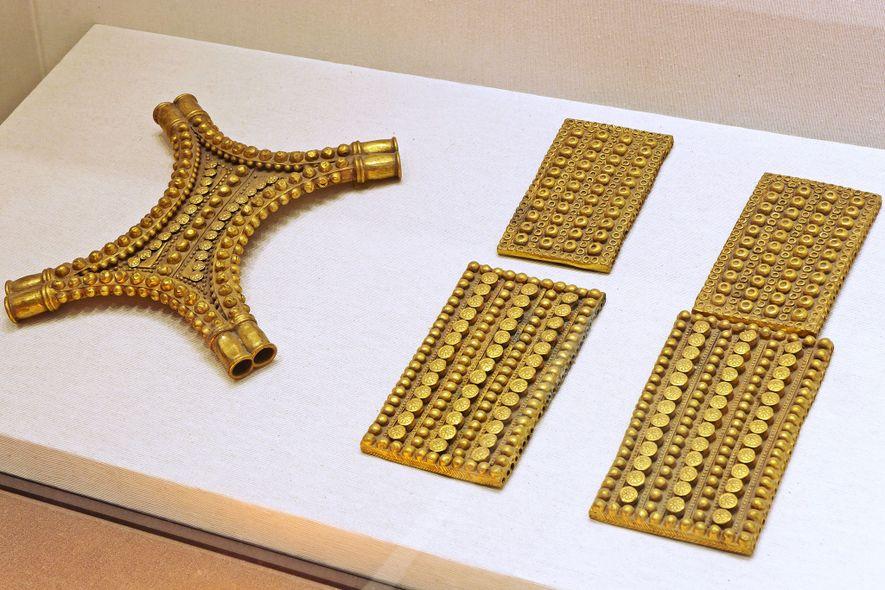 El tesoro incluye placas de oro rectangulares que se asemejan al cuero de buey y que, ...