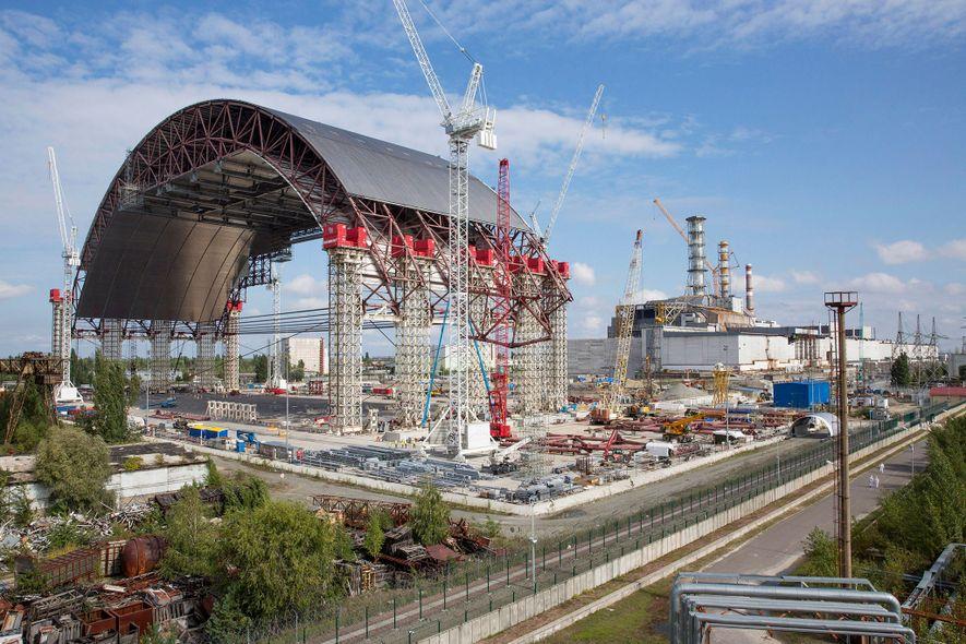 El enorme arco de contención fue desplazado hasta su posición sobre el altamente radiactivo reactor de ...