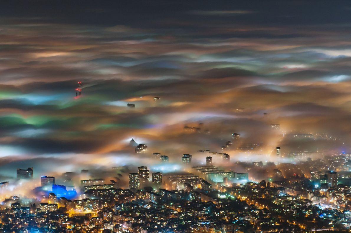 Las luces de la ciudad en Sofía, la capital de Bulgaria, toman un efecto de acuarela ...