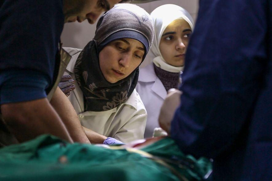 Ballour no tenía formación en cirugía traumatológica, pero la avalancha de víctimas la obligó a aprender ...