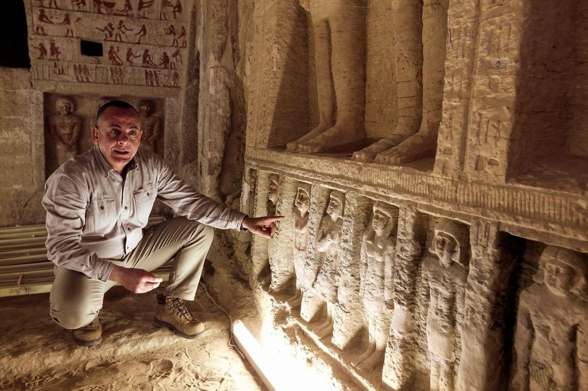 Mostafa Waziri, secretario general del Consejo Supremo de Antigüedades, muestra las pequeñas estatuas en los nichos ...