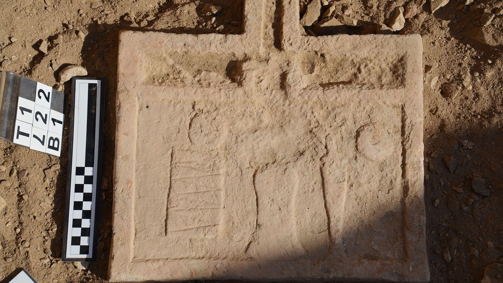 Esta mesa de ofrendas fue encontrada en la tumba de Intef. A pesar de que las ...
