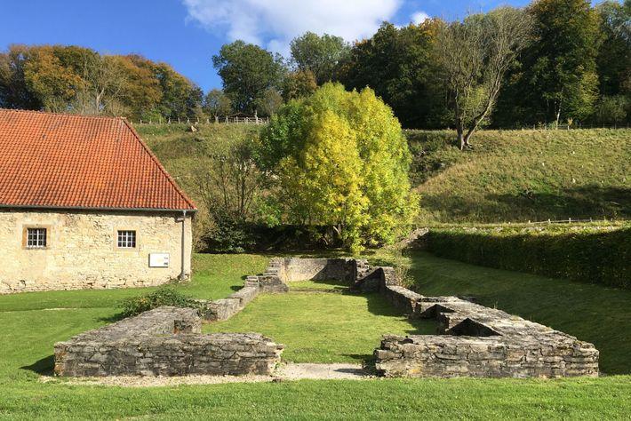 Cimientos de la iglesia vinculada a una comunidad religiosa de mujeres medievales en Alemania, donde los ...