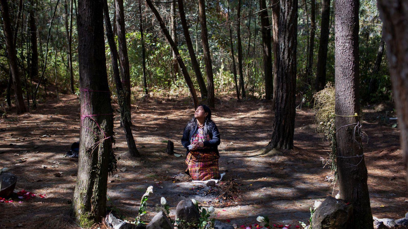La famosa activista de derechos humanos Rosalina Tuyuc sigue buscando a su marido y a su ...