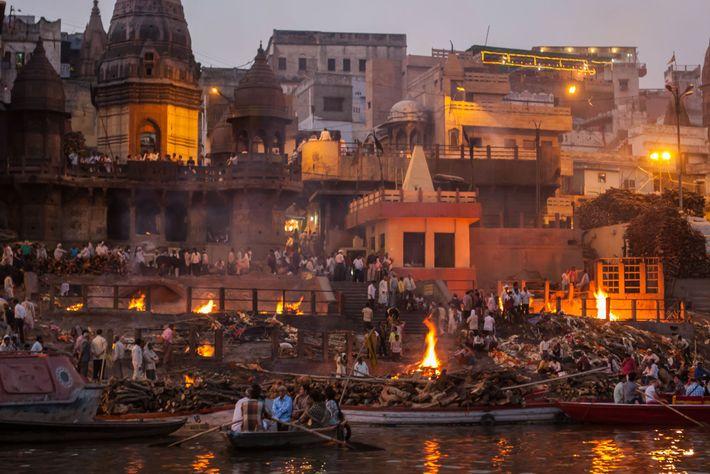 Todos los días, en la ciudad de peregrinación Varanasi, docenas de cuerpos son cremados en hogueras ...