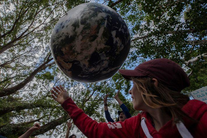 Los jóvenes les piden a los adultos que tomen medidas para salvar el futuro del planeta ...