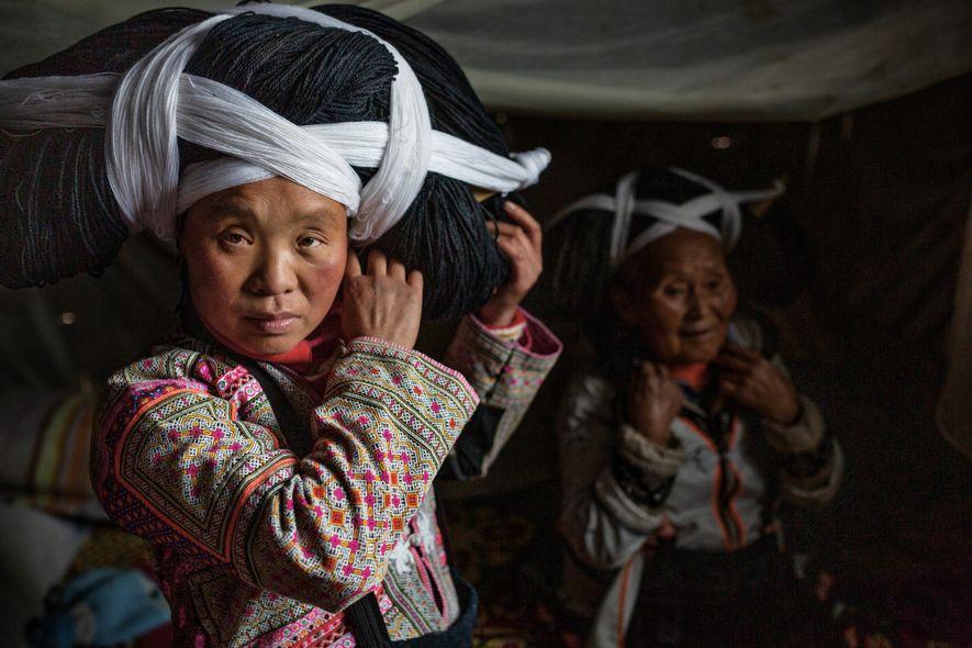 Para ocasiones especiales, las mujeres de la tribu Longhorn Miao en la provincia de Guizhou, China, ...