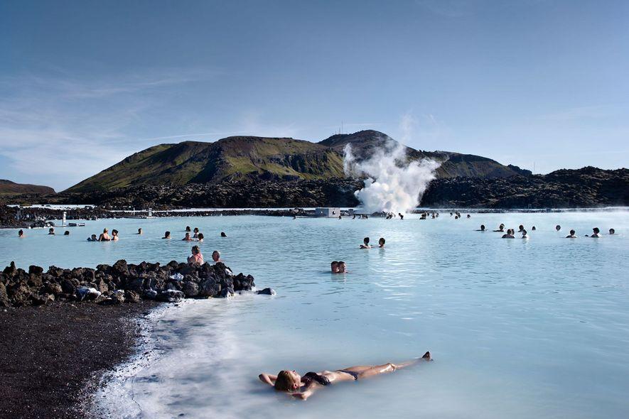 La Laguna Azul es una de las opciones para probar las reparadoras aguas geotermales de Islandia.