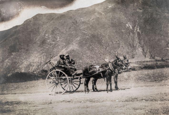 Harriet Chalmers Adams y su conductor en el antiguo camino Inca a Cuzco, Perú. En sus ...