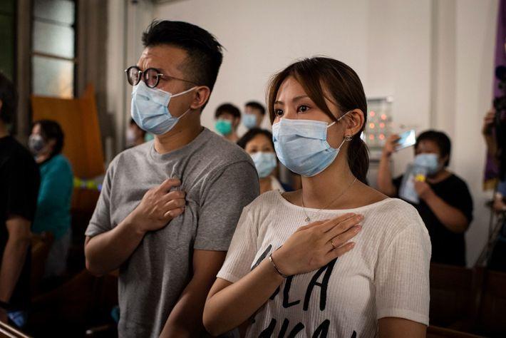 """Una mujer y un hombre lloran mientras cantan """"Gloria a Hong Kong"""", el himno del movimiento ..."""