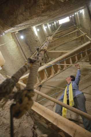 Para llegar al taller de momificación y las cámaras funerarias,los arqueólogos tuvieron que retirar 42 toneladas ...