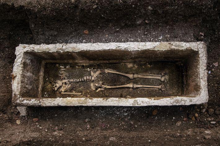 Más de 300 entierros se han descubierto debajo de la calle Gosposvetska, lo que brinda a ...