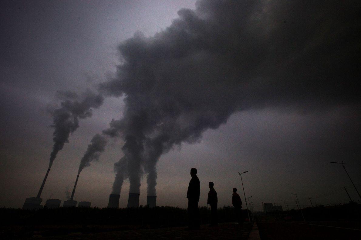 El humo sale de una central eléctrica de carbón en Shizuishan, China.