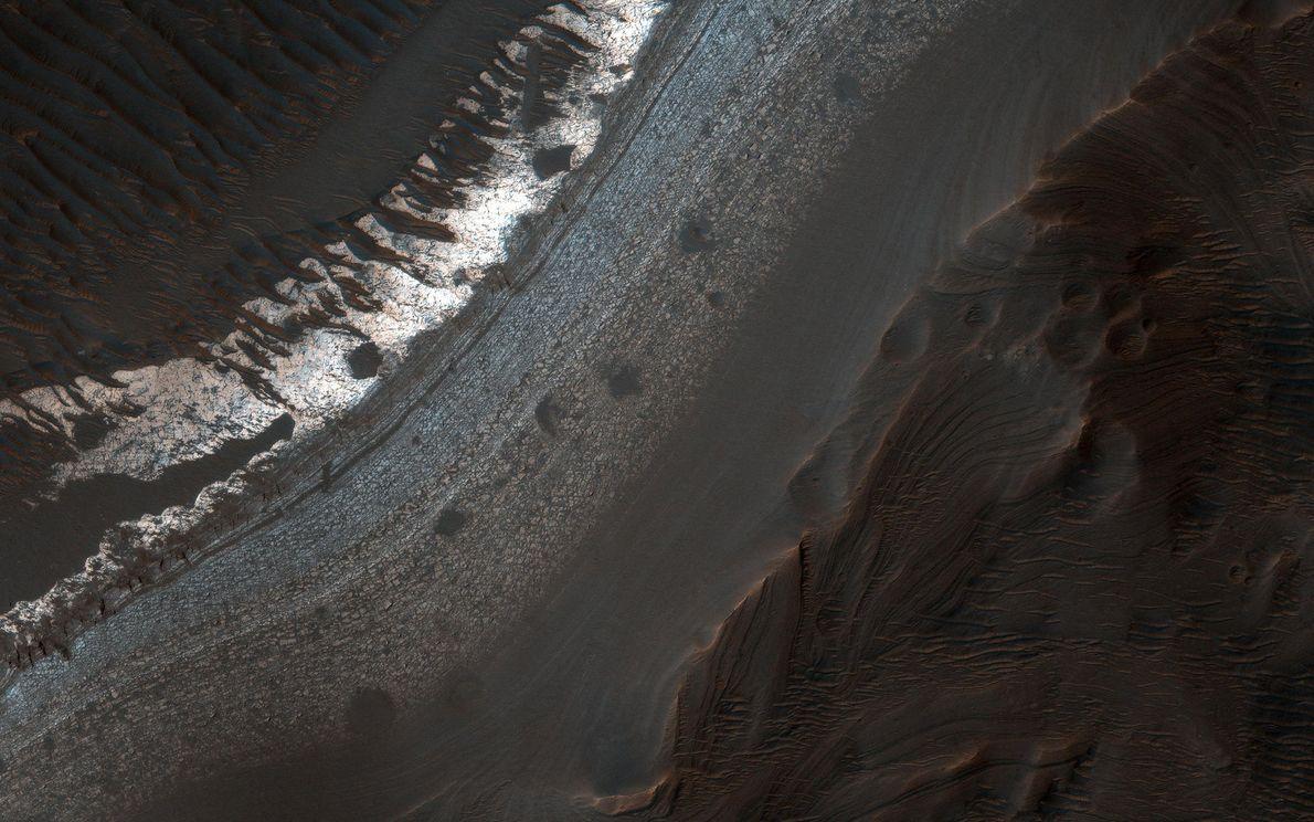 El cráter Holden en la región de Margaritifer Terra, en el sur, tiene muchos signos reveladores ...