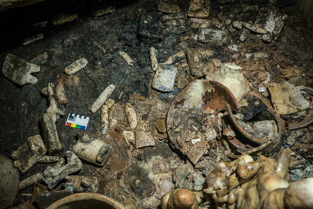 Entre los objetos descubiertos hasta ahora en Balamkú hay platos, piedras de moler, torteras y objetos ...