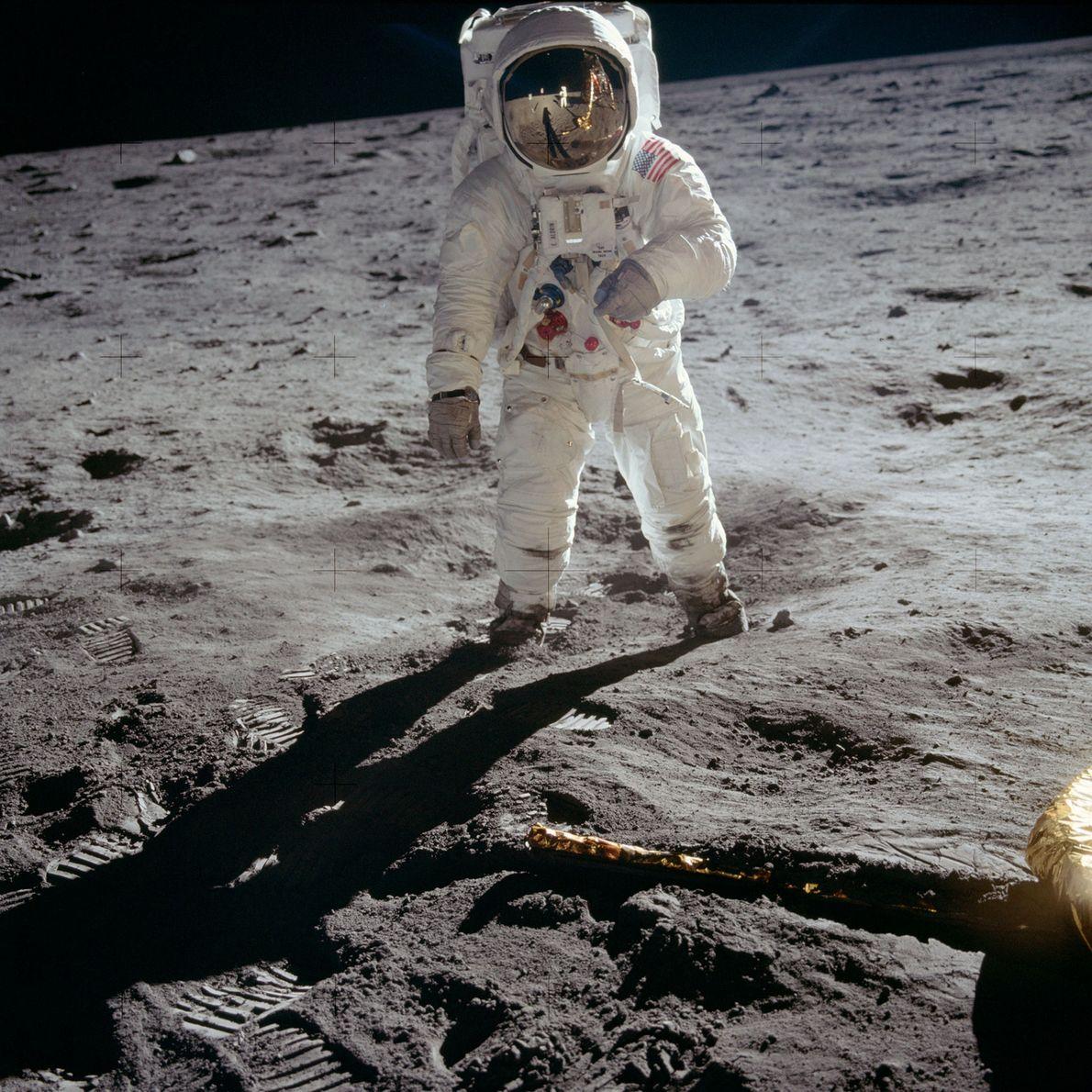 """Edwin """"Buzz"""" Aldrin se encuentra de pie sobre la superficie lunar, una fotografía icónica tomada por …"""