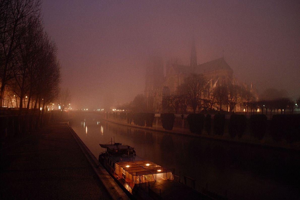 Una imagen nocturna de la década de 1980 muestra la sombría de la catedral desde el ...