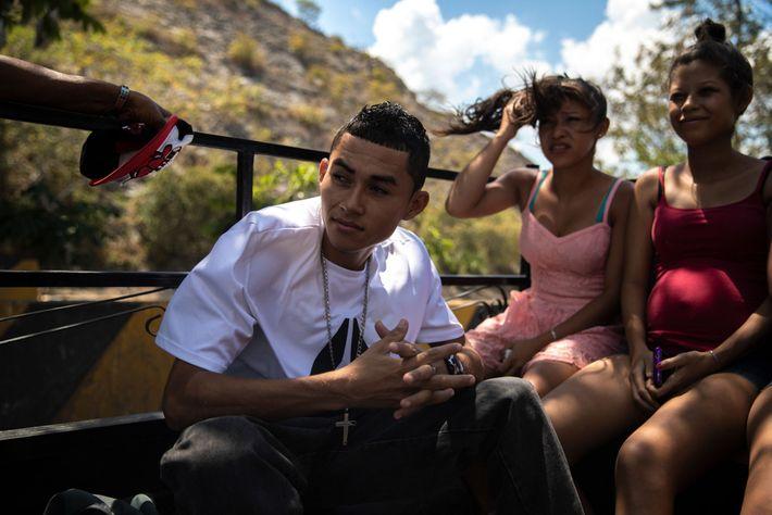 Moisés Cubas y Meya Chávez viajan en la parte trasera de una camioneta que los llevará ...